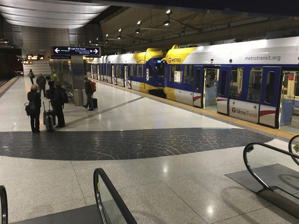第1ターミナル(リンドバーグ)駅に停車中のミネアポリスメトロ。