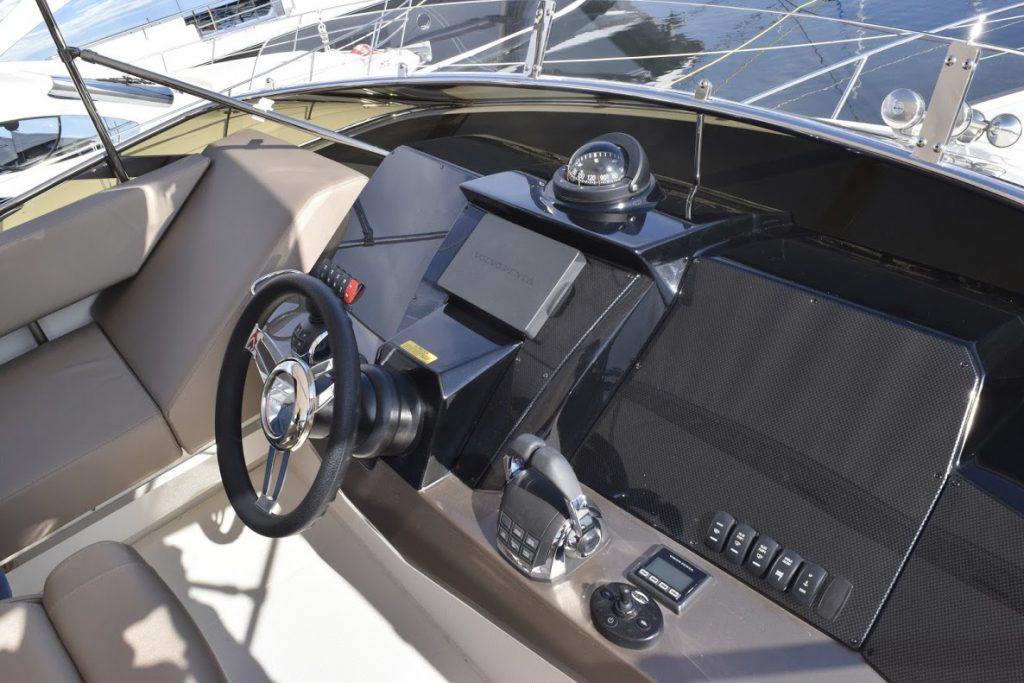 マークィーズ 500スポーツヨットのフライングブリッジ(FB)。