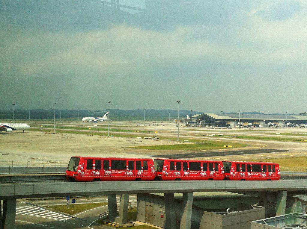 クアラルンプール空港のメインターミナルとサテライトを結ぶエアロトレイン