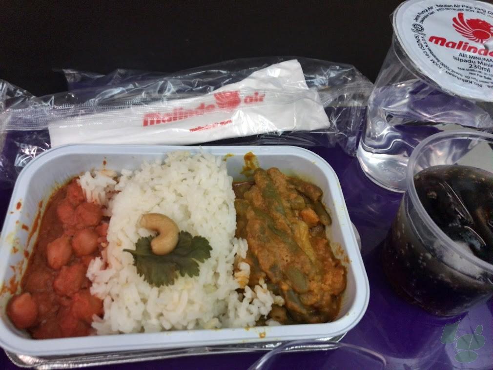 マリンドエアの機内食。2種類のカレーライス