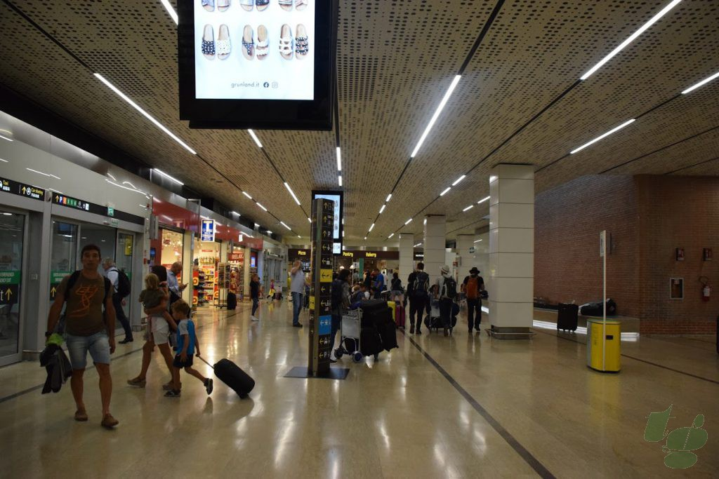 マルコポーロ空港ターミナルの1Fロビー