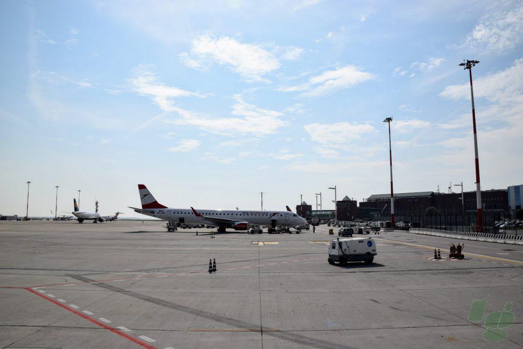マルコポーロ空港のターミナルビルを望む