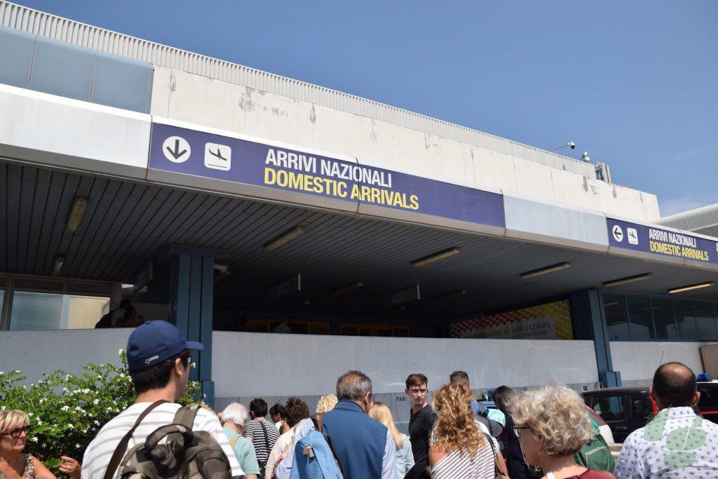 バスを降りてパレルモ空港のターミナルへ