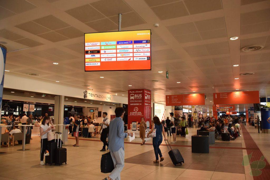 パレルモ ファルコーネ・ボルセリーノ空港のロビー