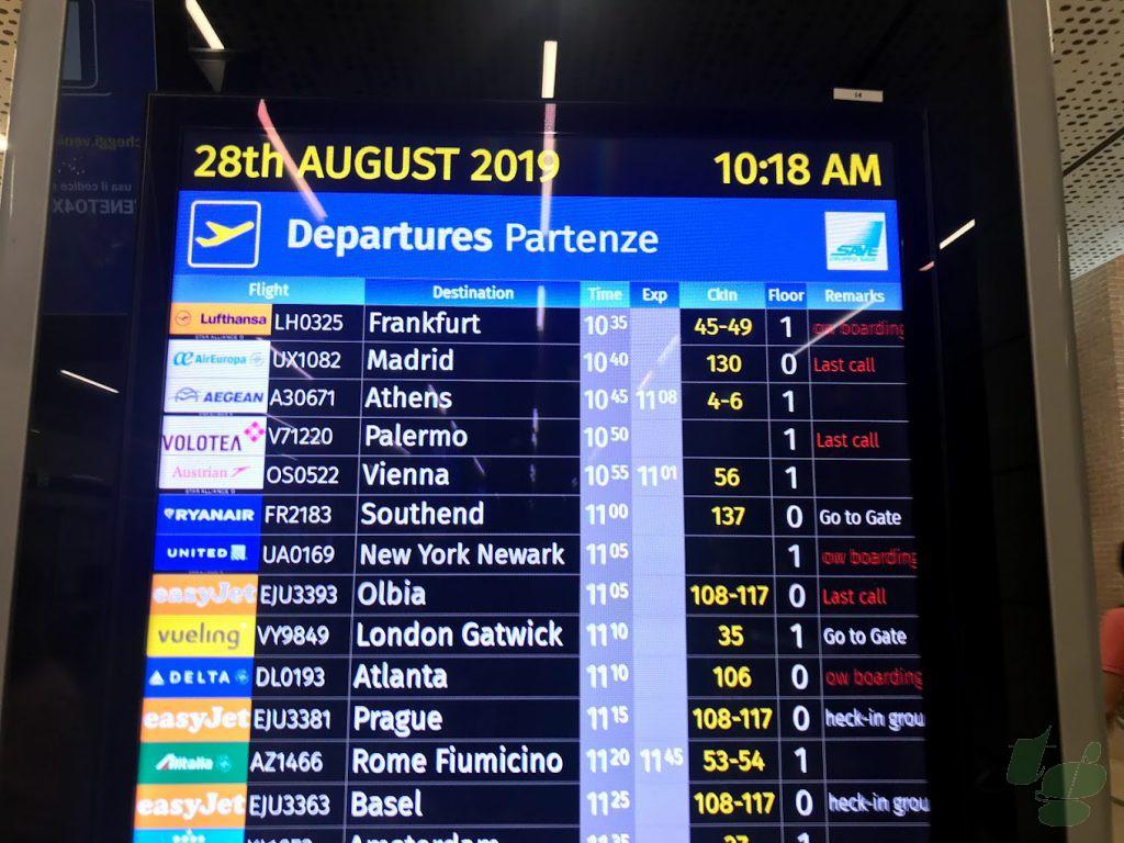 ヴェネチア マルコポーロ空港の出発案内。