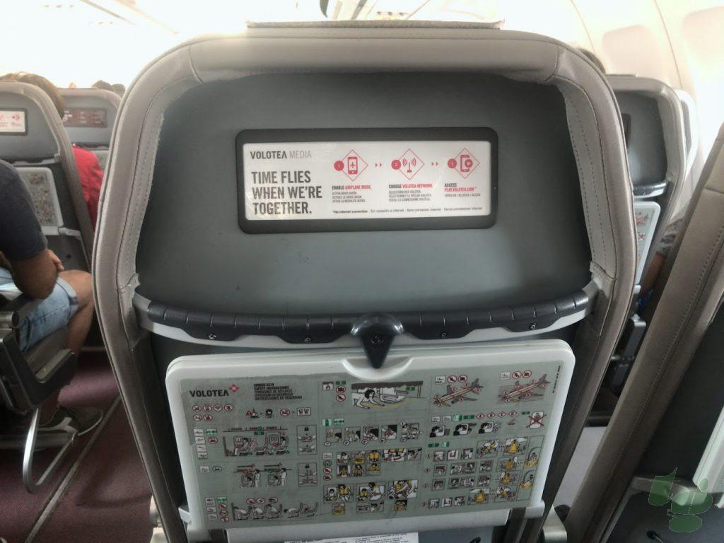 座席の裏側はきわめて簡素