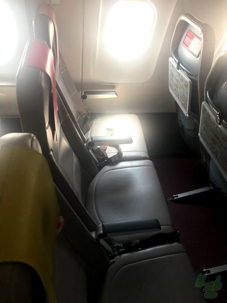 通常の座席のシートピッチは76cm